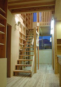 階段の左側の壁はすべて本棚