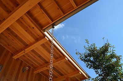 1階屋根の軒を見上げる。
