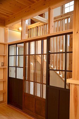 居間と階段ホールの仕切りには、古建具