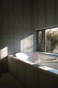 全面十和田石貼りの浴室。