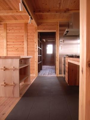 三和土土間からキッチン、食品庫、納戸を見る
