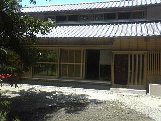 南側は二段の瓦葺き屋根