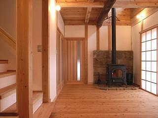 薪ストーブのある居間