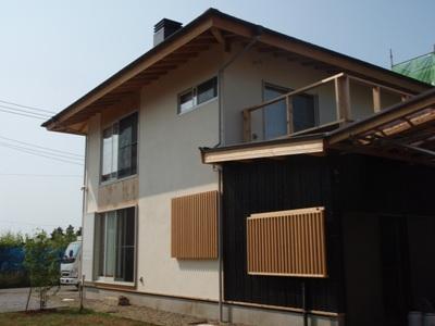 砂漆喰塗りと焼杉板張りの外壁