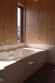 明るく清潔感のある浴室