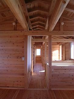 2階の子供室から寝室を見る