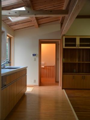 キッチンから廊下を見る