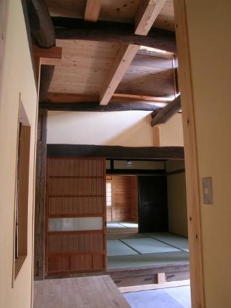 玄関ホールから客間を見る