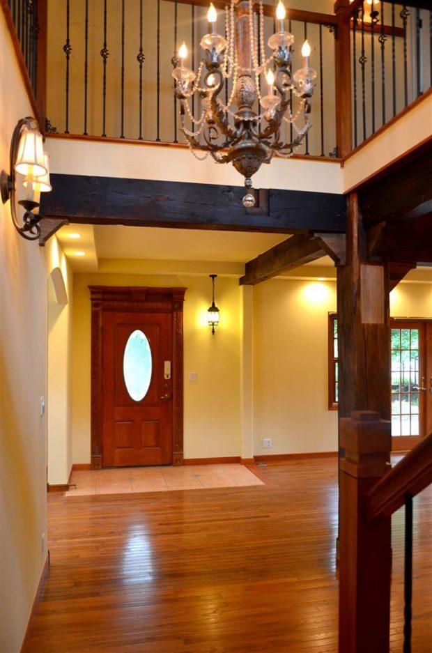 階段から見た玄関戸の風景