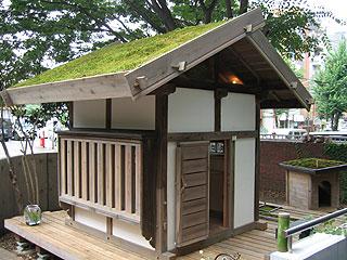 苔をのせた5寸勾配の切妻屋根