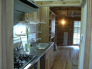 居間と緩やかにつながっている台所