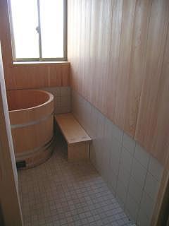 サワラ張りの浴室