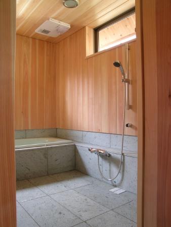 サワラ板と十和田石の浴室