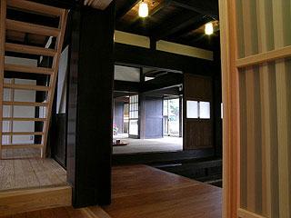 黒柱をはさんで左は屋根裏への階段