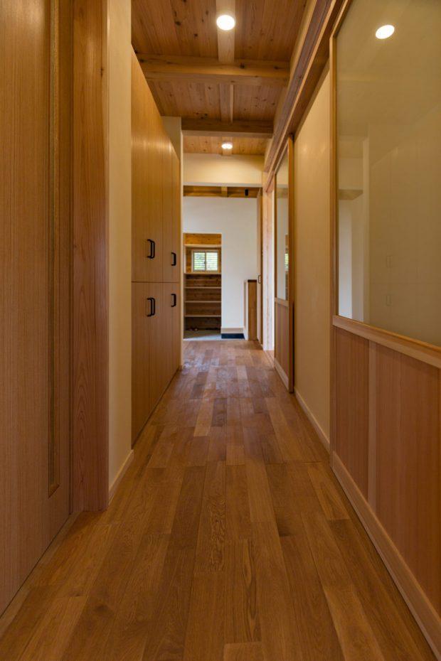 廊下から玄関を見る